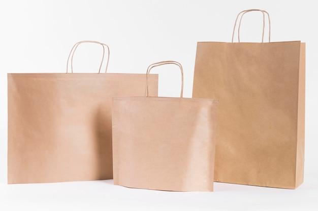 Vários tamanhos de sacolas de papel pardo