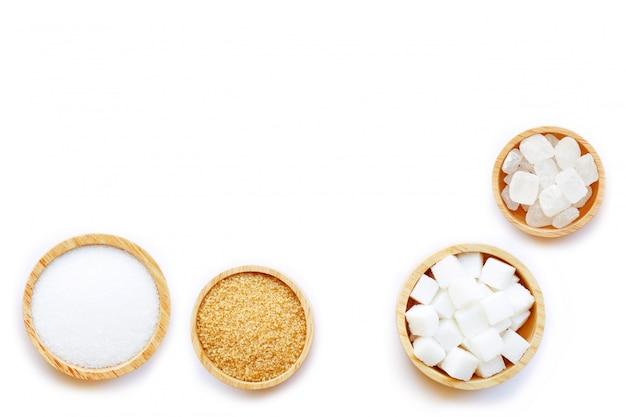 Vários tipos de açúcar em branco.