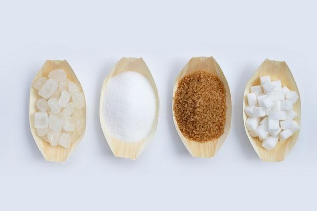 Vários tipos de açúcar em fundo branco.