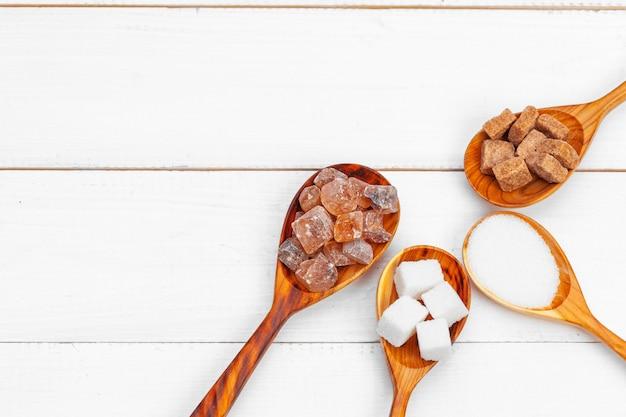 Vários tipos de açúcar na colher
