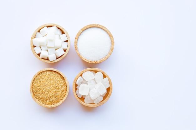 Vários tipos de açúcar no fundo branco.