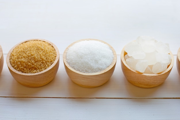 Vários tipos de açúcar no fundo de madeira.