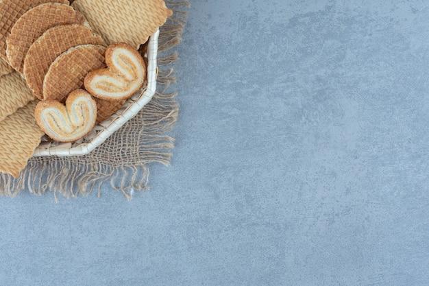 Vários tipos de biscoitos frescos no canto da cesta.