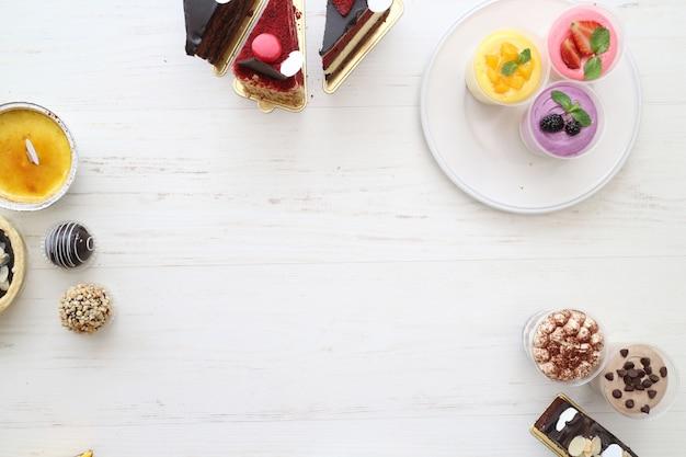 Vários tipos de bolo com chocolate e frutas