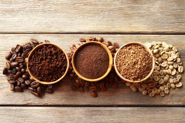 Vários tipos de café em pequenos pratos na mesa de madeira, vista superior