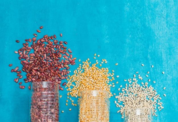 Vários tipos de cereais em frascos