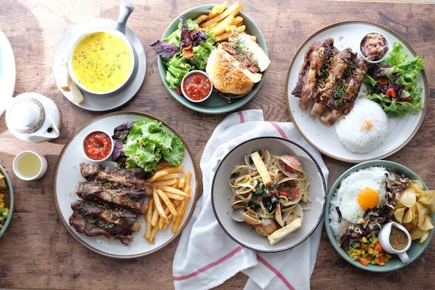 Vários tipos de comida na mesa de madeira