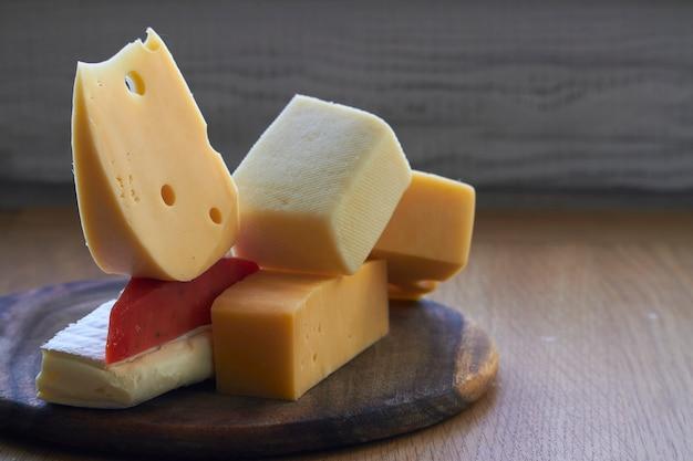 Vários tipos de composição de queijo na tábua de madeira