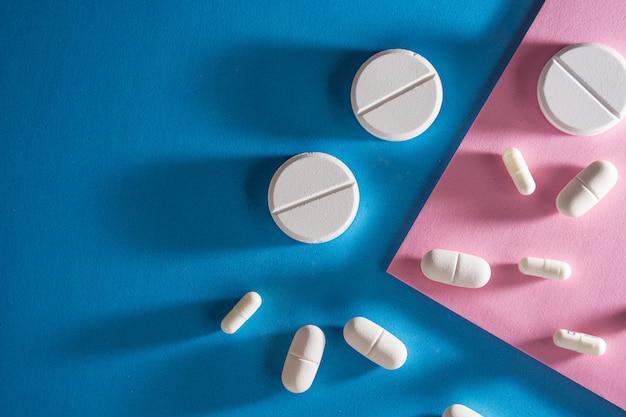 Vários tipos de comprimidos, como antibióticos, antiinflamatórios.