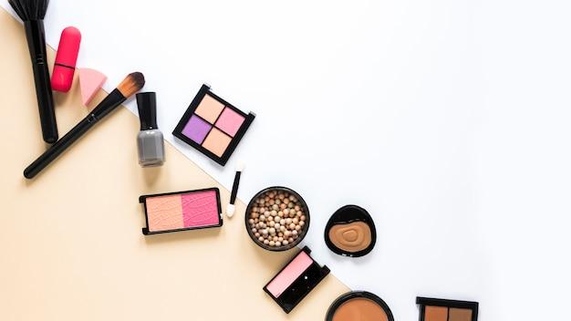 Vários tipos de cosméticos espalhados na mesa