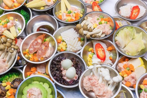 Vários tipos de dim sum, incluindo bolinhos, comida tradicional chinesa.