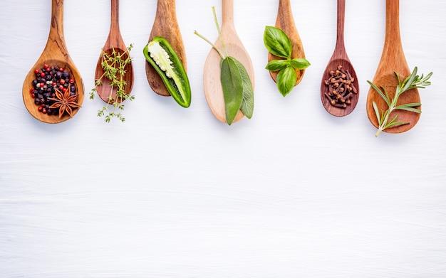 Vários tipos de especiarias e ervas no fundo de madeira.
