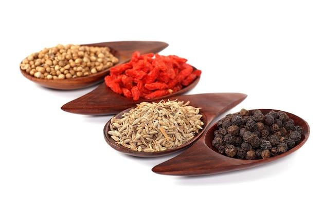 Vários tipos de especiarias - semente de coentro, goji berry, cominho, pimenta preta
