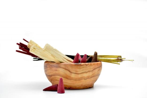Vários tipos de incenso em uma tigela