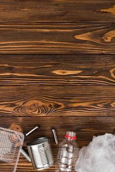 Vários tipos de lixo reciclável na mesa de madeira