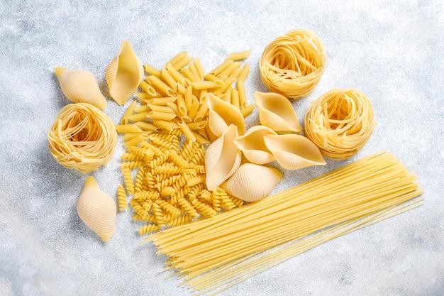 Vários tipos de massas alimentícias não cozidas.