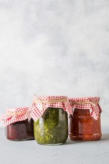 Vários tipos de molho enlatado para servir carne, adjika de tomate