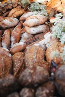 Vários tipos de pães rústicos na caixa