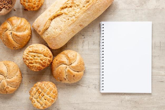 Vários tipos de pão e um notebook