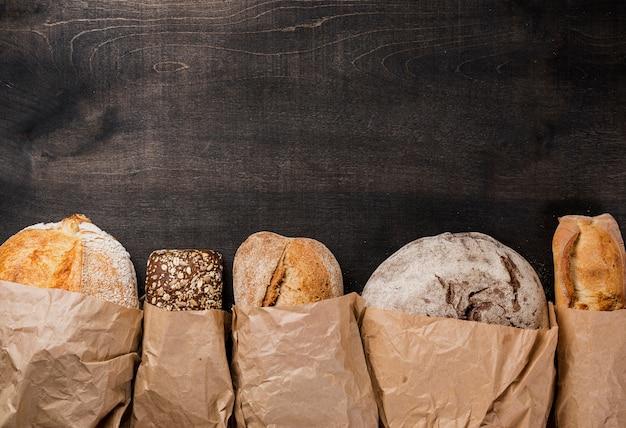 Vários tipos de pão embrulhado em papel e cópia espaço