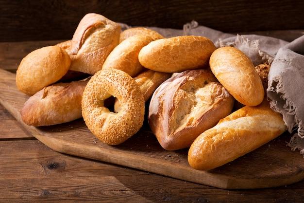 Vários tipos de pão fresco na mesa de madeira