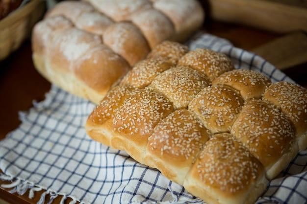 Vários tipos de pão na cesta