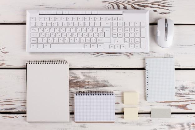 Vários tipos de planejadores e um teclado