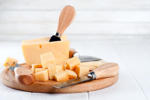 Vários tipos de queijo em um prato