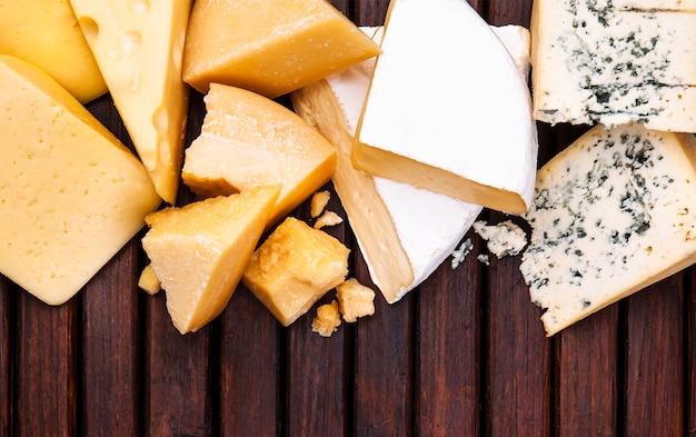 Vários tipos de queijo na mesa de madeira