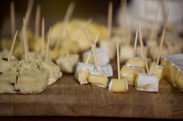 Vários tipos de queijo no balcão