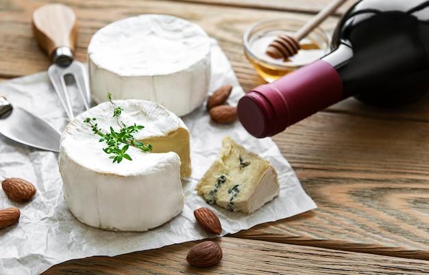 Vários tipos de queijo, queijo azul, bree, camambert e vinho