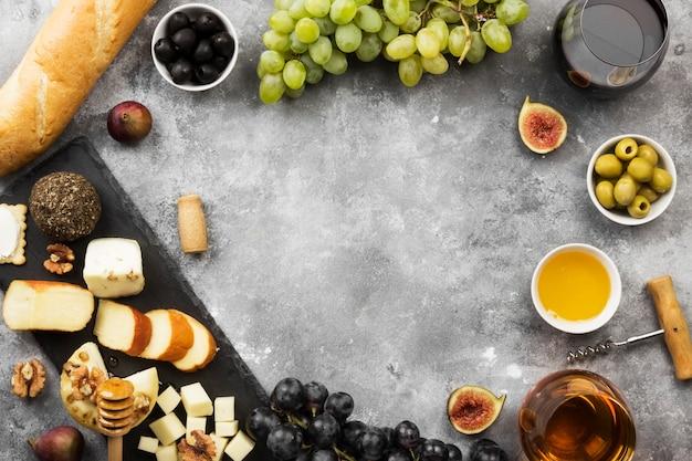 Vários tipos de queijos, figos, nozes, mel, uvas, pão