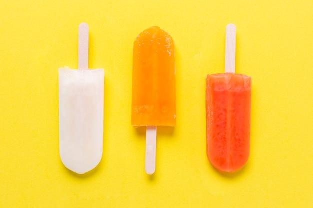 Vários tipos de sabores de sorvete vista superior