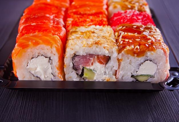 Vários tipos de sushi servido em uma mesa