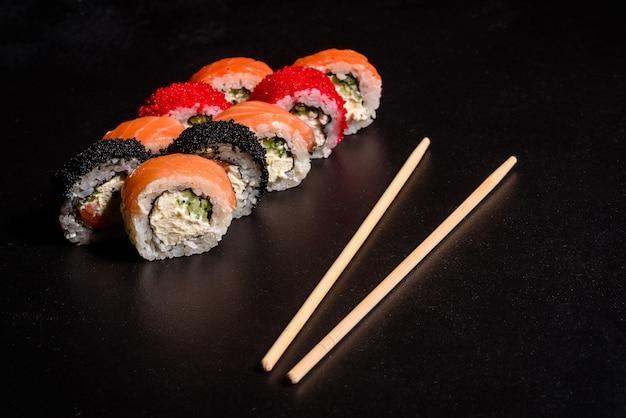 Vários tipos de sushi servido. rolo com salmão, abacate, pepino. menu de sushi. comida japonesa