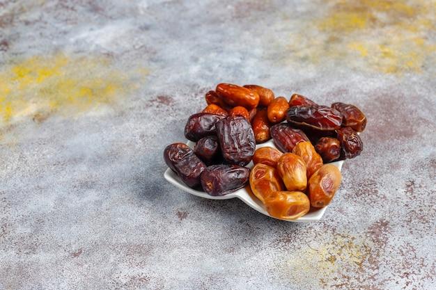 Vários tipos de tâmaras secas ou kurma.