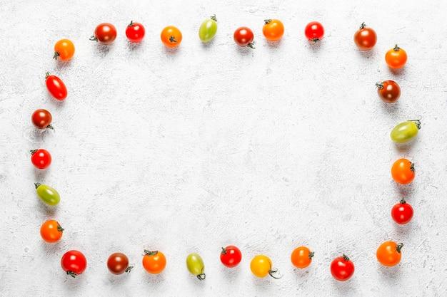 Vários tomates cereja coloridos.