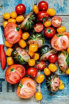 Vários tomates frescos vista aérea