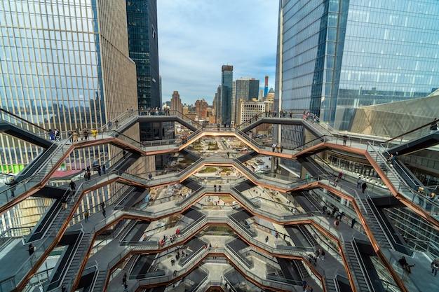 Vários turistas indefinidos estão visitando o mais novo marco de nova york