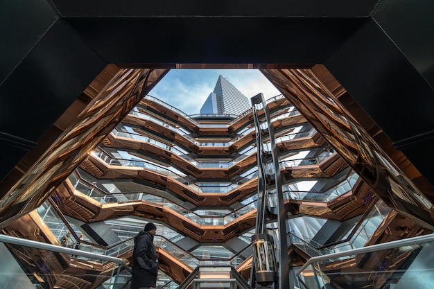 Vários turistas indefinidos visitam o mais novo marco de nova york, eua