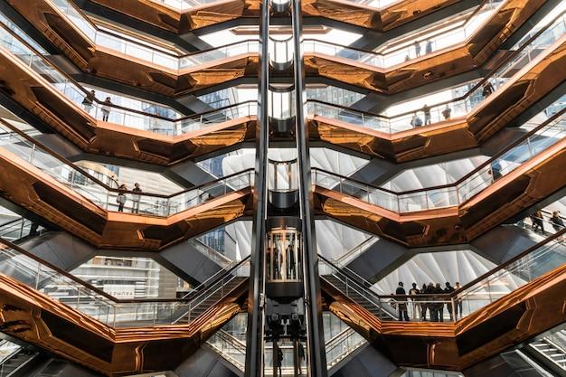 Vários turistas irreconhecíveis estão visitando o mais novo marco de nova york, eua