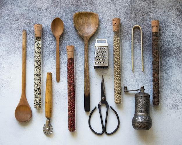 Vários utensílios de cozinha e especiarias em tubos de ensaio