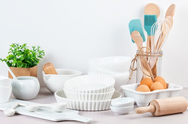 Vários utensílios de cozinha. livro de receitas, conceito de aulas de culinária