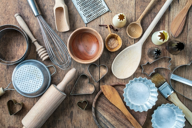 Vários utensílios de cozinha na mesa de cozinha de madeira rústica, vista superior