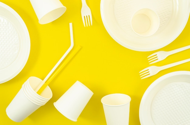 Vários utensílios de mesa descartáveis plásticos brancos