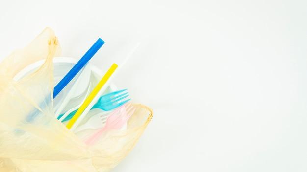 Vários utensílios de mesa descartáveis plásticos coloridos