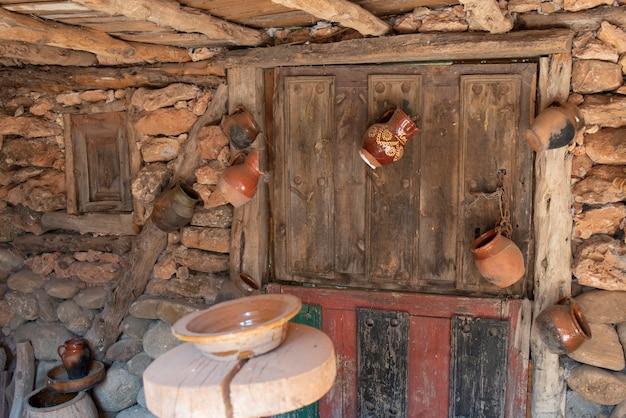 Vários vasos antigos de barro, feitos à mão