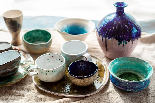 Vários vasos de cerâmica com conceito de cerâmica de pintura