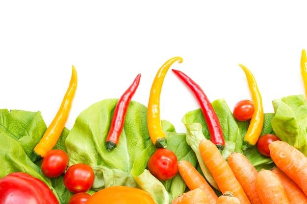 Vários vegetais como pano de fundo isolado no branco.