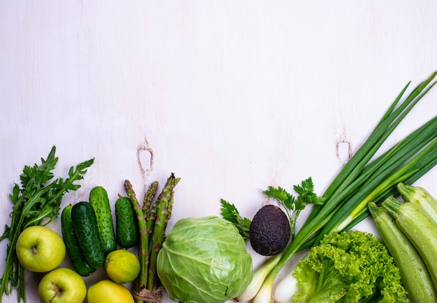 Vários vegetais e frutas verdes